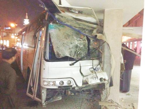 """الكويت ..  """"حافلة طائشة"""" تعبر إلى الاتجاه المعاكس وتنحشر في بناية"""