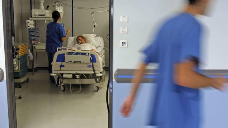 كويتيون يتداولون فيديو لممرضة تضرب مريضاً وتعامله بعنف!