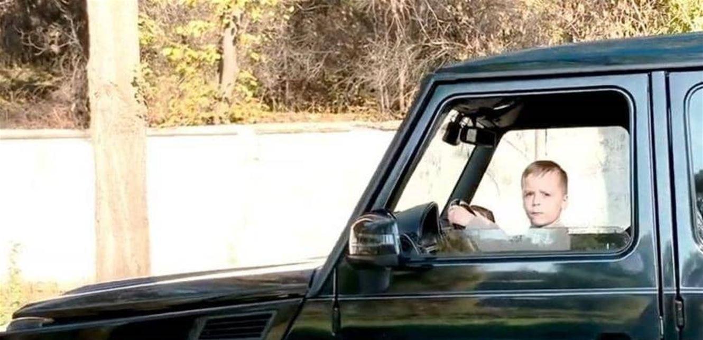 فيديو مُخيف  ..  طفل الـ6 سنوات يقود سيارة دفع رباعي أمام والديه