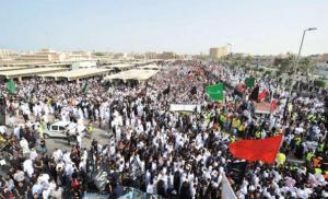 عشرات الآلاف يشيعون ضحايا هجوم القديح في شرق السعودية