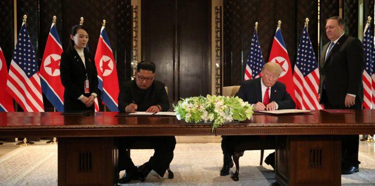 لماذا استخدم كيم قلمًا آخر غير الموجود على الطاولة خلال القمة مع ترامب