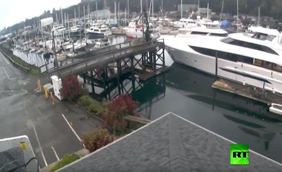 فيديو : يخت فاخر يخرج عن السيطرة ويصطدم بقوارب ورصيف في امريكا