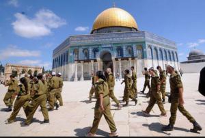 اصابات واعتقالات والمصلون يتصدون لمحاولة رفع علم اسرائيل بالاقصى