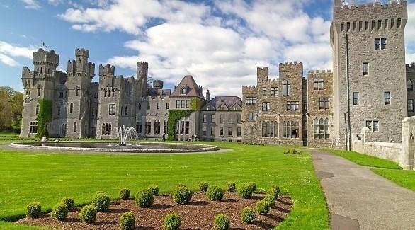 زوجان يمضيان العزل وحيدين في قلعة ..  صور