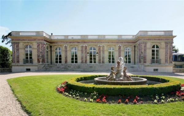 """ميسي ينوي شراء """"القصر الوردي"""" في باريس"""