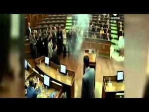 """بالفيديو: نائب يلقي بـ""""قنبلة""""على زملائه داخل البرلمان!"""