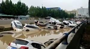 شاهد ..  فيضانات الصين تغرق أعداداً كبيرة من السيارات