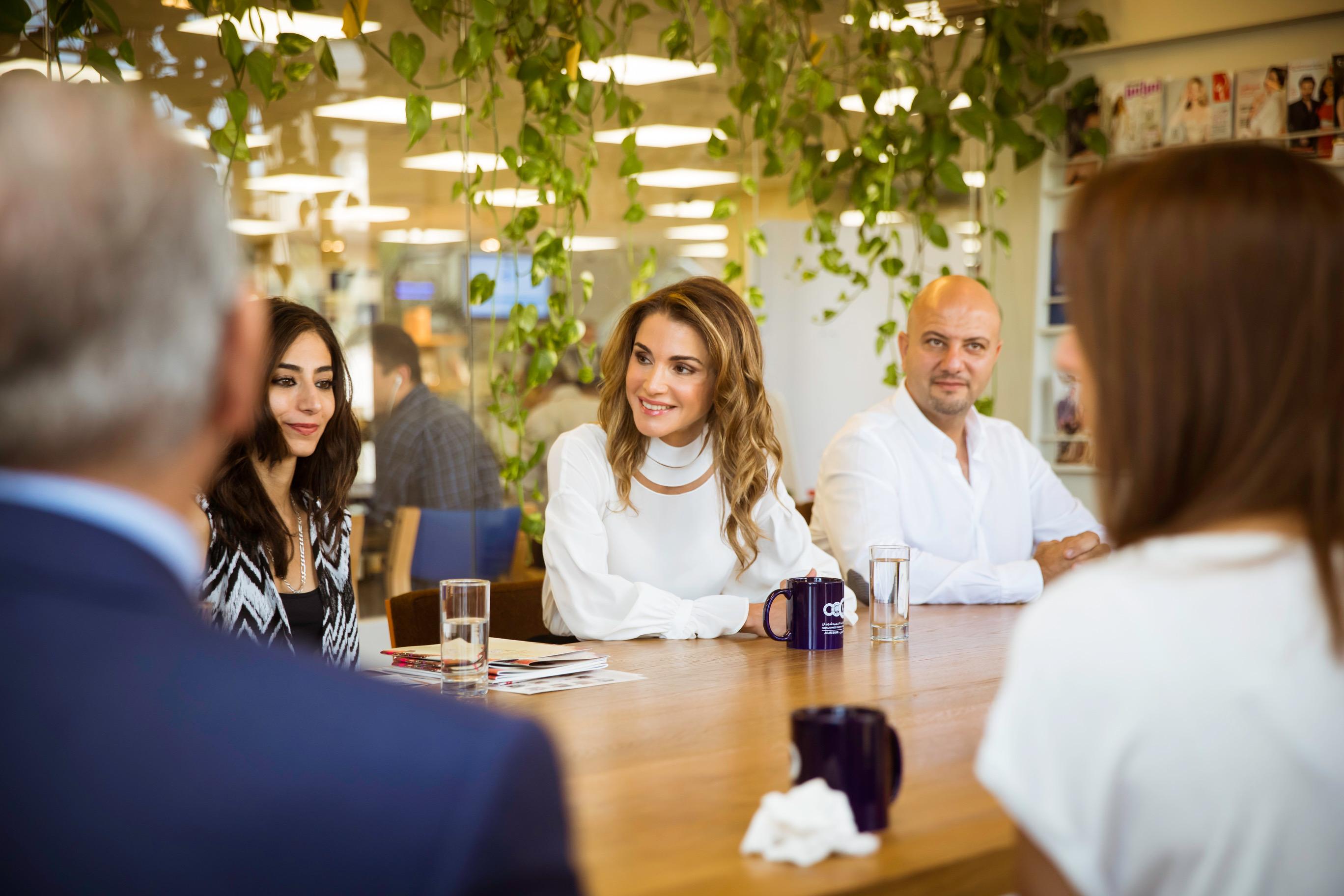 بالصور  ..  جلالة الملكة رانيا العبدالله تطلع على البرامج والأنشطة الثقافية لمؤسسة عبد الحميد شومان