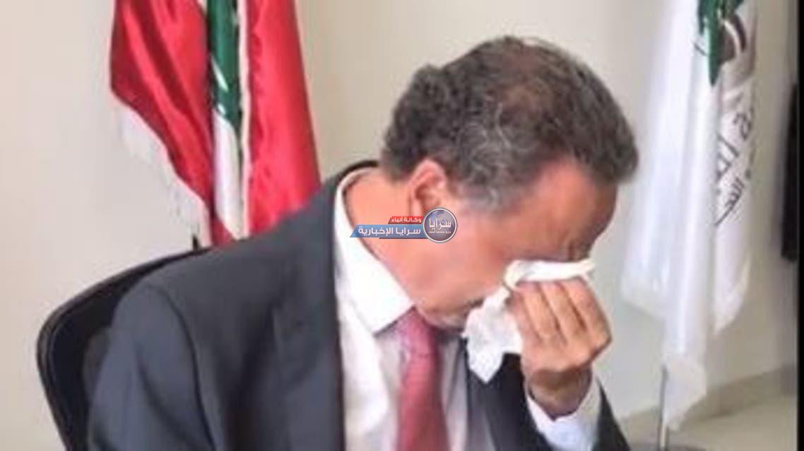 فيديو ..  وزير لبناني يبكي أثناء تسليمه الوزارة لخلفه
