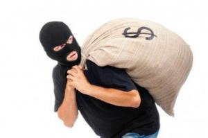 بالفيديو.. لص متدين يُقبل المصحف الشريف خلال السرقة