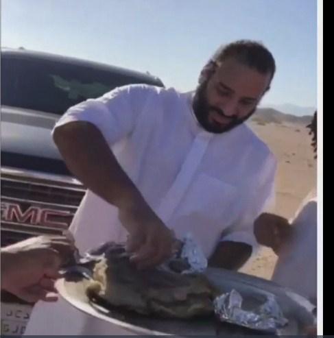 فيديو ..  محمد بن سلمان يشارك شبان تناول الطعام في نيوم