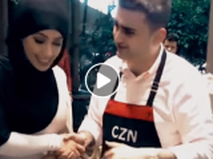 بالفيديو  .. الشيف التركي بوراك يعرض الزواج على مغنية عربية ..  ما القصة؟