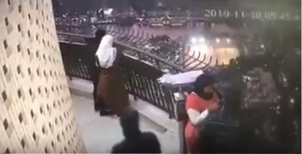 فيديو مرعب : لحظة انتحار طالب من أعلى برج القاهرة في مصر ..  والسبب برسالة