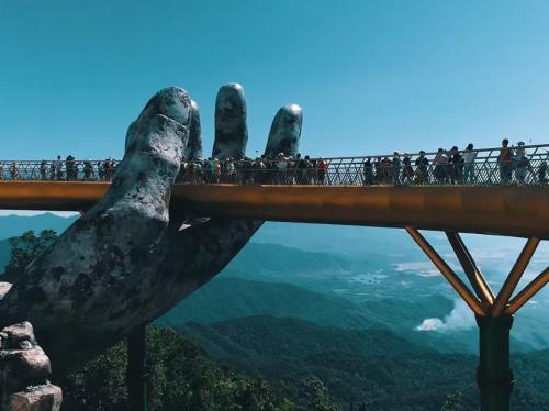 جسر في فيتنام محمول على أيدي عملاقة