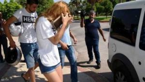 لماذا تعتقل تركيا أشخاصاً يرتدون قمصاناً تحمل كلمة بطل؟