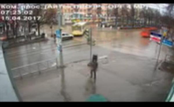 بالفيديو.. رجل يتدحرج داخل كرة مطاطية في شارع روسي