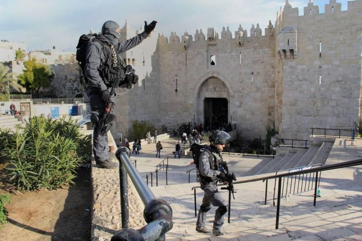 الاحتلال يواصل منع التجمهر امام باب العامود