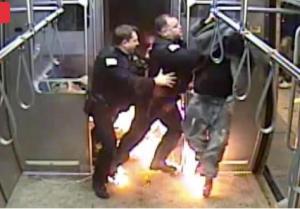 بالفيديو  ..  شاب يحرق نفسه ليهرب من الاعتقال