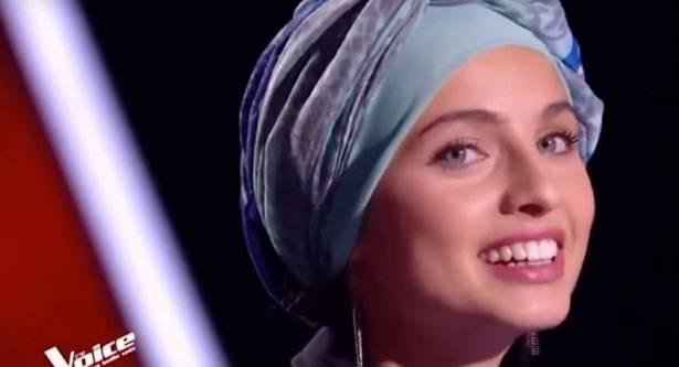 """بالفيديو: فتاة سورية محجبة تخطف الأضواء في برنامج """"ذا فويس"""" بنسخته الفرنسية"""