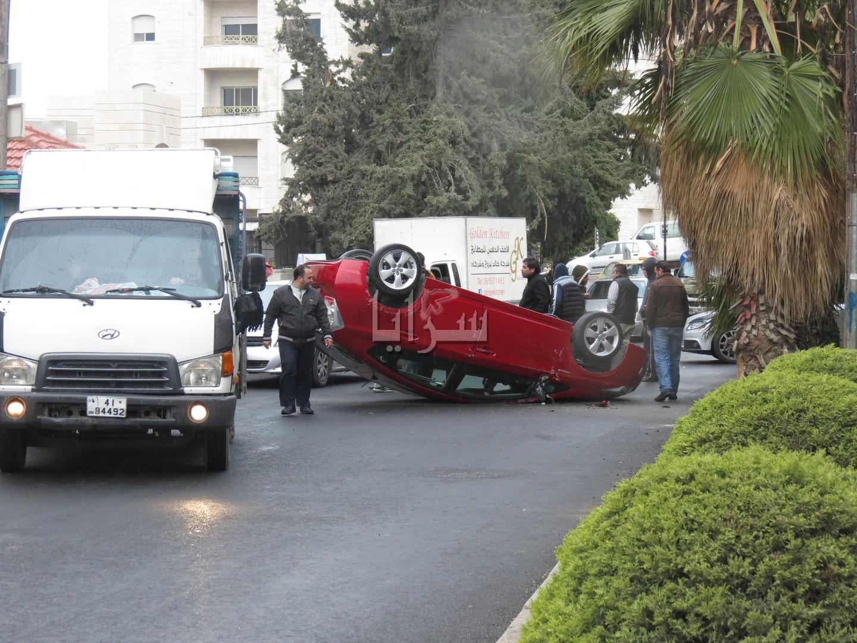 بالصور .. انقلاب مركبة  في منطقة  الرابية بعمان