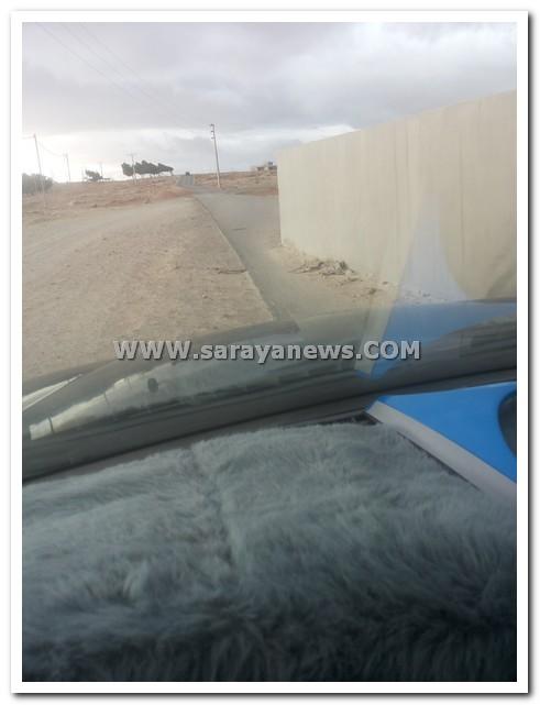 بالصور  ..  مواطن يغلق شارع حيوي في الكرك