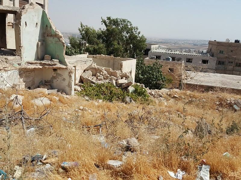 بالصور  ..  منزل مهجور يتحول الى مكرهة صحية في أبو علندا