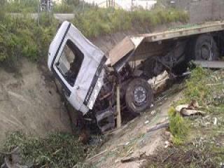 وفاة سائق تريلا محملة بالقمح إثر تدهورها قرب جسر البيبسي