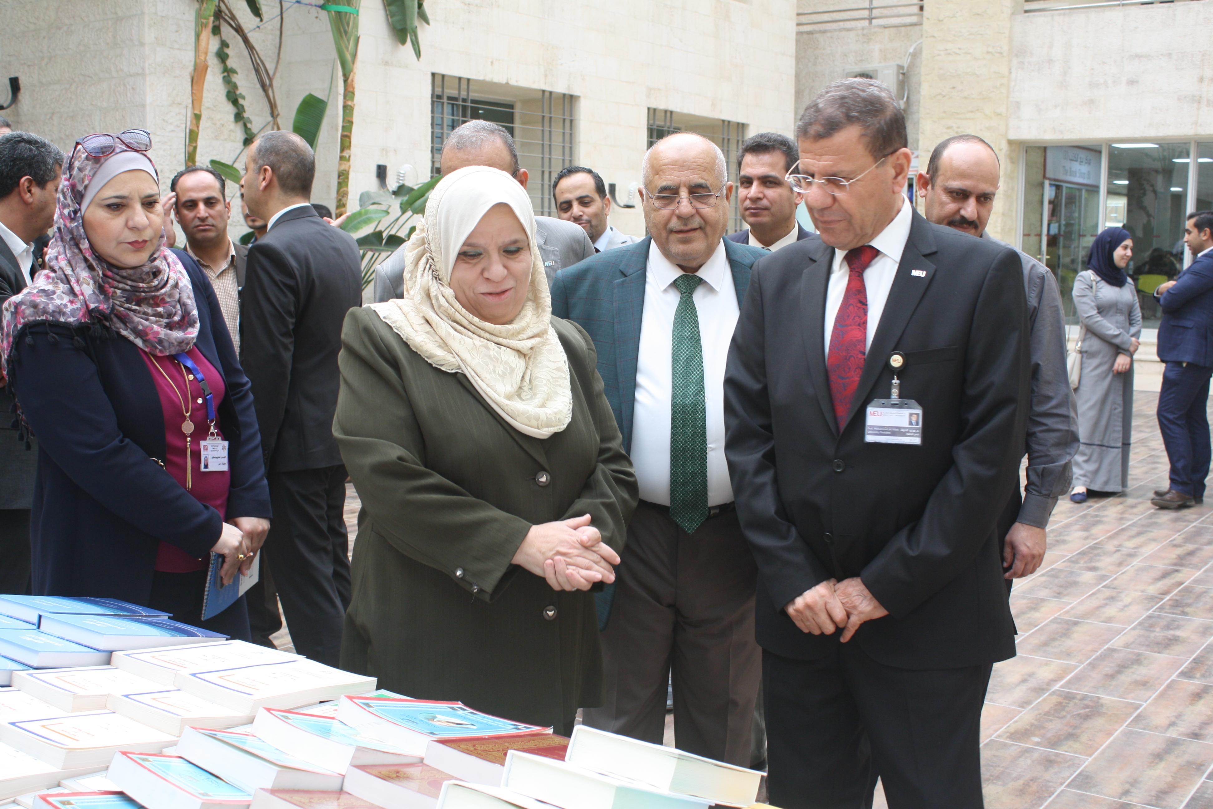 """بالصور ..  ضمن حملة كتابك صديقك""""الشرق الأوسط"""" تنظم معرضا للكتاب"""