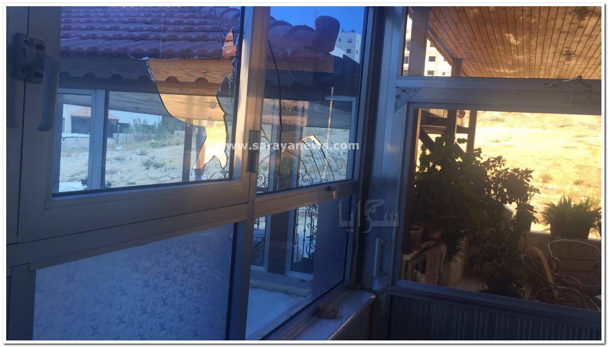 بالصور.. الامن يبحث عن (4) اشخاص حطموا منزل مواطن في مرج الحمام إثر خلافات بينهم