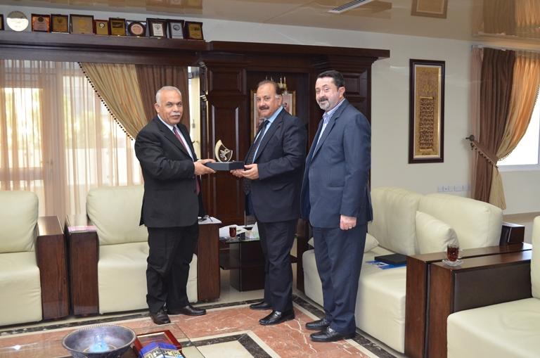 أ.د صادق حامد رئيس جامعة عمان الأهلية يلتقي أعضاء لجنة جائزة أدب الطفل