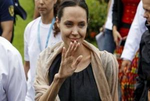 ماذا يحدث مع أنجلينا جولي؟