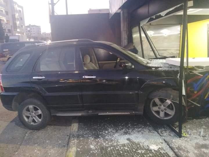 بالصور .. مركبة تقتحم واجهة محل تجاري في عمان