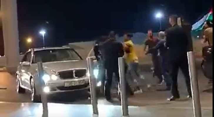 بالفيديو  ..  مشاجرة في مطار الملكة علياء الدولي على مكان اصطفاف مركبة