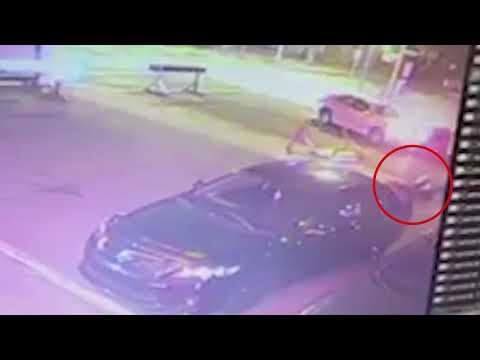 بالفيديو  ..  كاميرات مراقبة تظهر لحظة دهس اشخاص و طعن شرطي في كندا