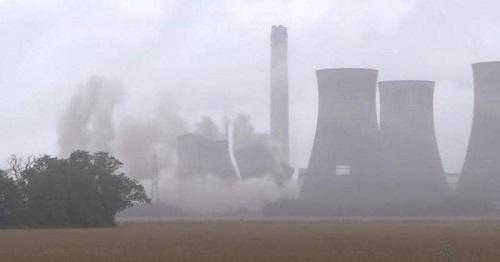 بالفيديو : تفجير أبراج عملاقة بمحطة كهرباء في بريطانيا