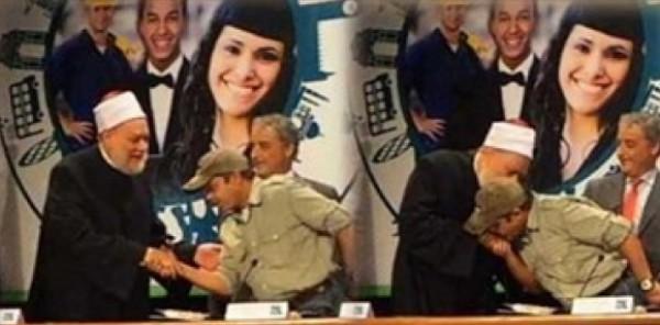 بالفيديو.. محمد هنيدي يقبل يد علي جمعة