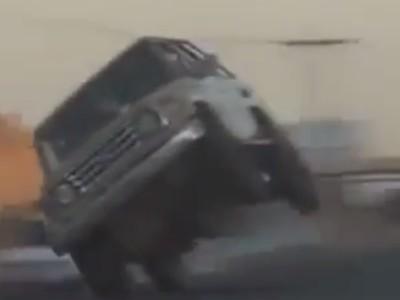 """بالفيديو  ..  """"استعراض الموت"""" سيارة جيب مسرعة تسير على إطارين"""