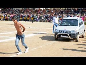 بالفيديو.. شاب يجر السيارات بلوحي كتفيه العاريين