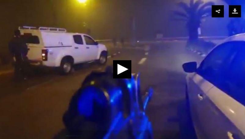 بالفيديو ..  قوات الاحتلال تختبئ خلف سياراتها ..  ما الذي يخيفها؟