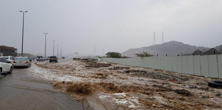 بالفيديو :سيول جارفة وأمطار غزيرة بمكة المكرمة