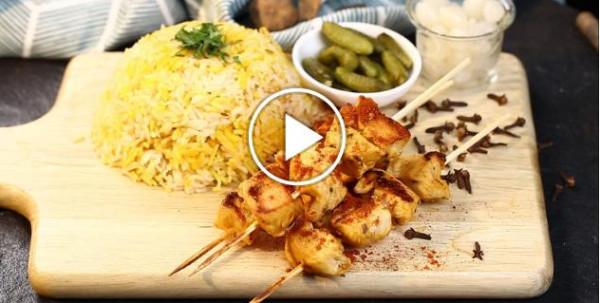 بالفيديو: طريقة عمل الشيش طاووق مع الارز