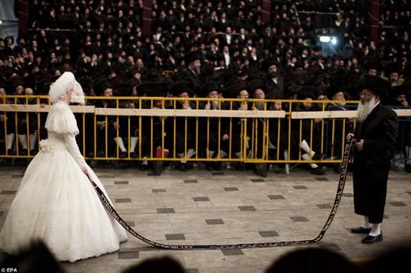 العروس اليهودية التي لا يمكن أن تزيل طرحة الزفاف .. والحضور أكثر من 25 الف يهودي  ..  الصور