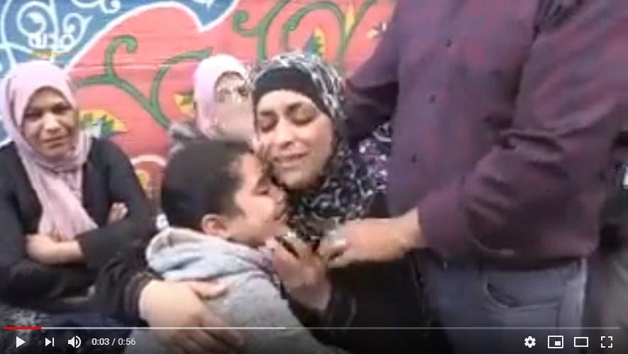"""فيديو محزن  ..  """"لا والله يمة ..  راح ومش راجع"""" ..  بكاء زوجة وطفلة الشهيد عثمان لداودة في وداعه"""
