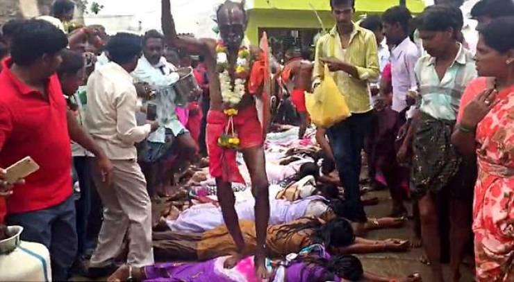 صور :  رجل دين هندي يمشي على ظهور النّساء لهذا السبب الغريب!