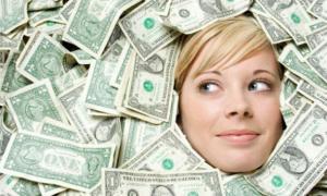 امرأة تتلقى حقيبة مليئة من النقود بدلا من الطعام
