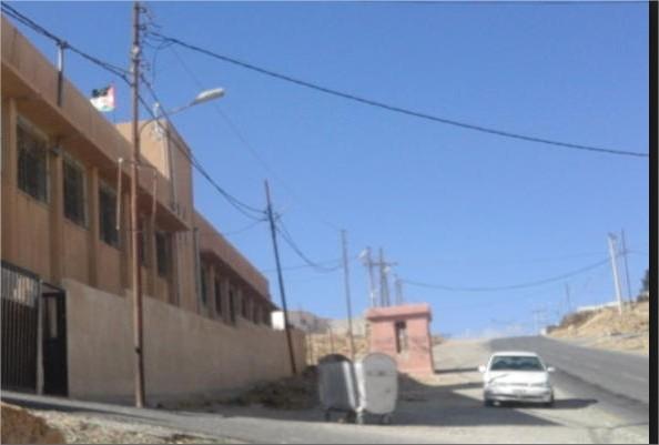 انتقادات لافتقار طريق نافذ من أمام مدرسة بنات دلاغه بلواء البترا لعناصر السلامة العامة