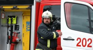 بالفيديو :سقوط مكيف هواء ثقيل على رجل إطفاء