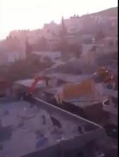 شاهد بالفيديو :هدم الاحتلال منزلًا سكنيًا في العيساوية بالقدس المحتلة صباحًا