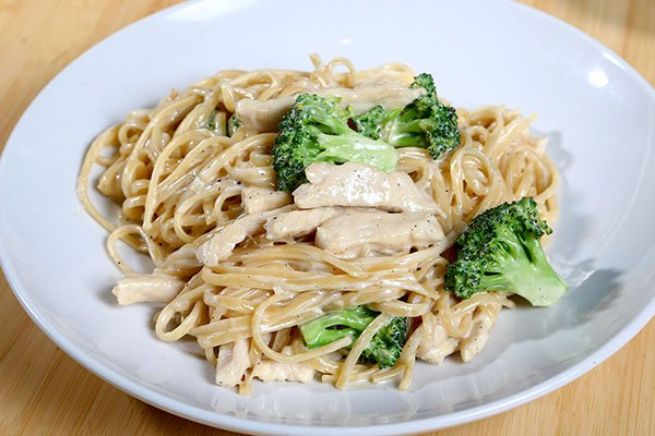 الفيتوتشيني مع الدجاج والبروكولي  ..  من المطبخ الإيطالي