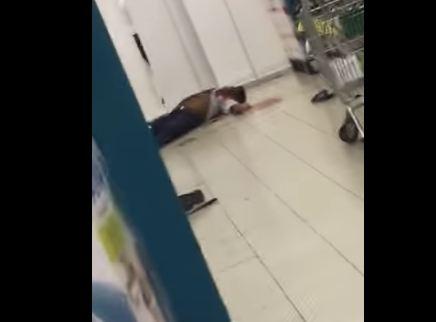 بالفيديو.. لقطات مروعة للحظة مقتل شخص طعنا في أحد مولات جدة